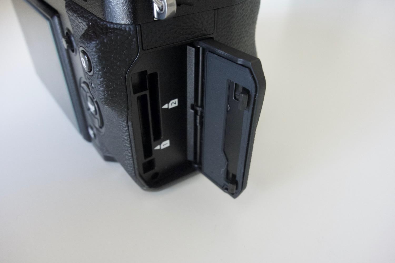 FUJIFILM X H1 SDカードスロット